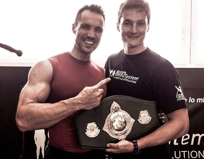 entrenamiento con pesas y artes marciales