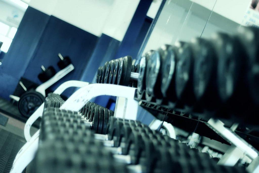 tensión mecánica al levantar pesas